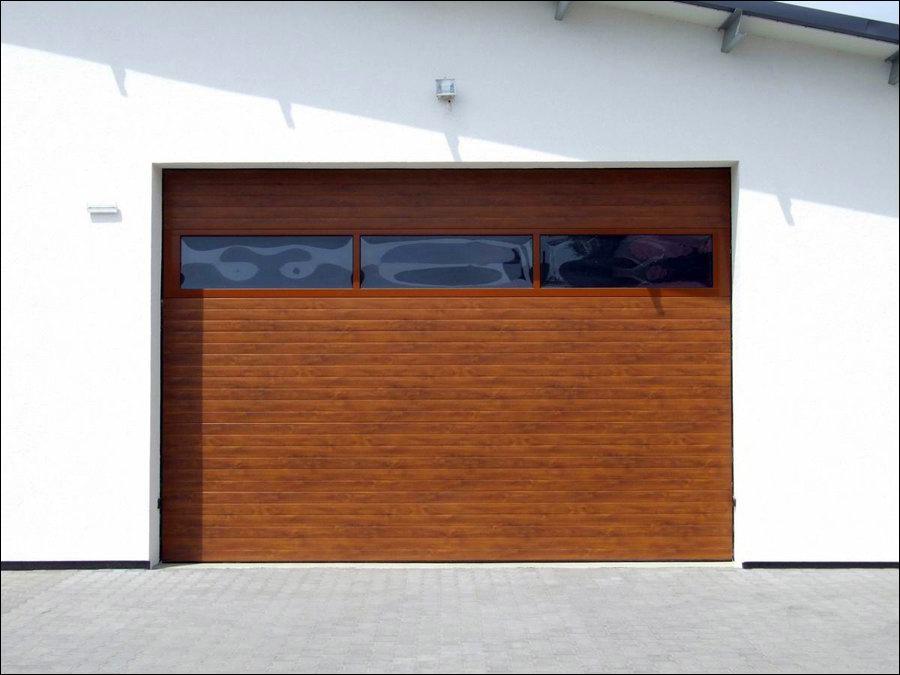 Minőségi ipari kapu egyedi fadekor kivitelben, FULL VISION panoráma ablakos szekcióval