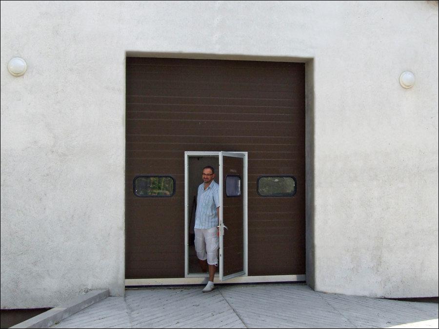 Minőségi ipari kapu beépített átjáró ajtóval, normál küszöbbel