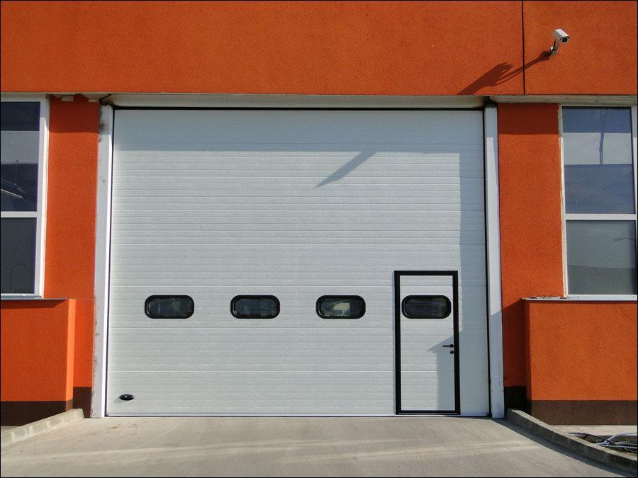 Minőségi ipari kapu alacsony küszöbös ajtóval, hőszigetelt ablakokkal