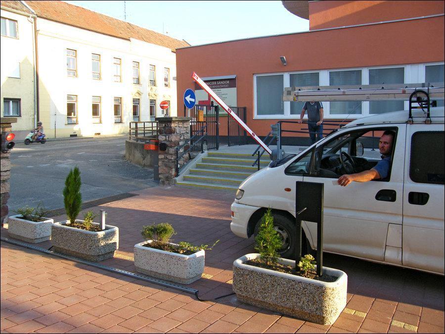 Sorompós beléptető rendszer és fizető parkoló rendszer a Kapuvári Lumniczer Sándor Kórház bejáratán